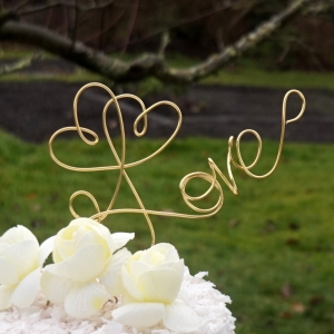 wire love topper with two hearts